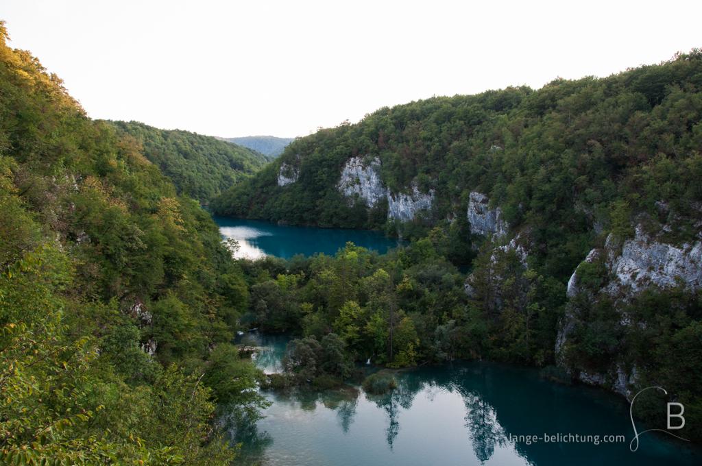 Übersicht über den Nationalpark der Plitvicer Seen. Zwischen den Bergen und den Wäldern erstrecken sich die Plitvicer Seen mit ihrem türkisem Schimmer.