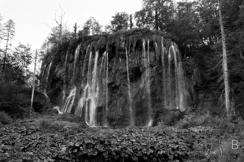 Die wohl bekanntesten Wasserfälle der Plitvicer Seen stürzen sich über einen großen Felsen. Der Wasserfall an den oberen Seen wird Galovacki buk genannt.