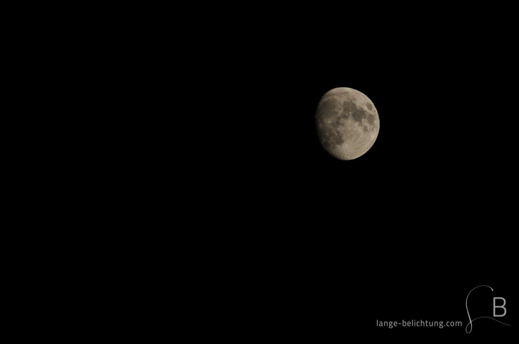Zunehmender Mond in tiefschwarzer Nacht.
