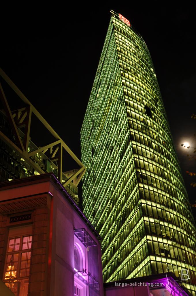 In später Nacht ist der Bahn Tower am Potsdamer Platz immer noch hell erleuchtet.
