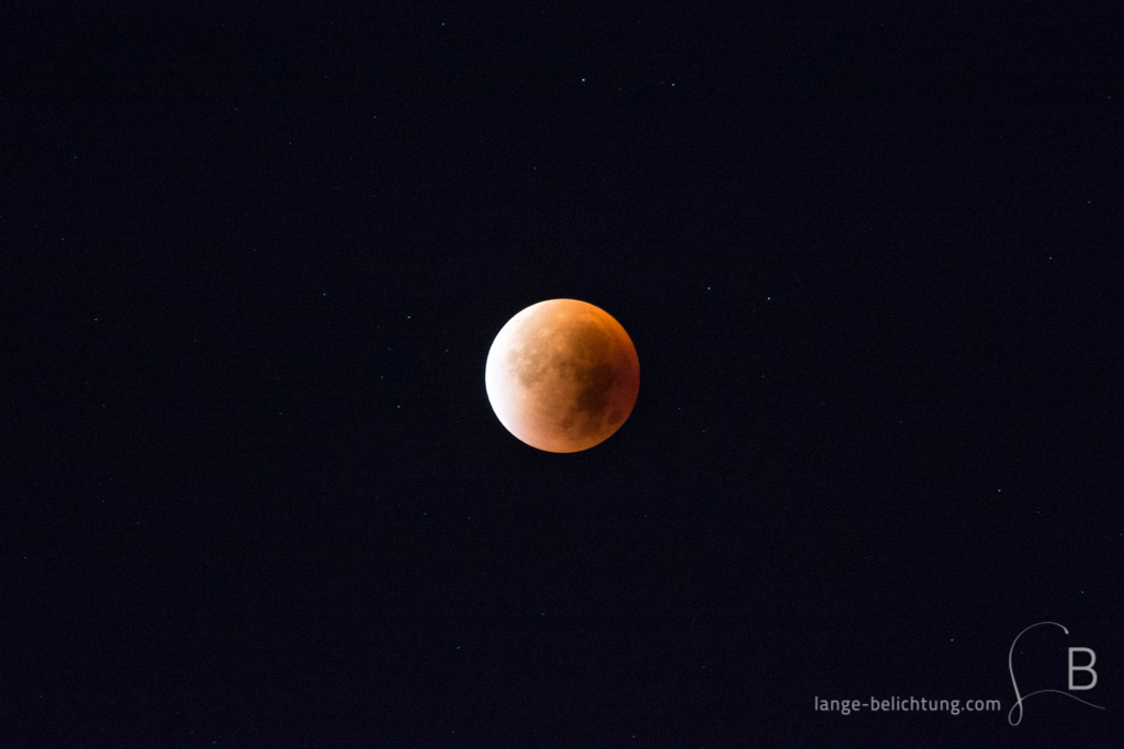 Die Mondfinsternis lässt im September den Vollmond blutrot erscheinen. Daher stammt auch der Name Blutmond - ein beeindruckendes Schauspiel, während die Sterne am Himmel funkeln.